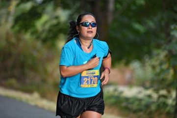 Friend Jackie Soo is looking strong as she heads into the last mile (photo by Alika Jenner)